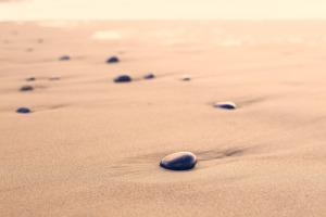 Eine Erkenntnis des Meditierens: Gedanken lassen sich nicht abstellen. Aber wir können sie loslassen. Trittsteine auf dem Weg zur Gelassenheit.